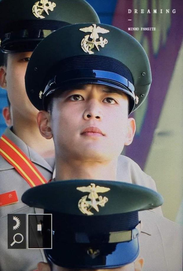 Hàng nghìn người đang phát sốt vì nam thần Kpop nhận bằng quân đội mà đẹp thần thánh như cắt ra từ phim điện ảnh - Ảnh 5.