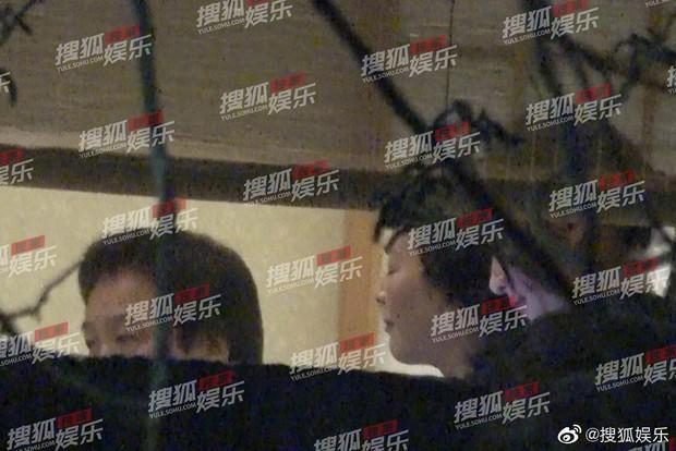 Lưu Diệc Phi lộ ảnh gặp gỡ cha nuôi nhưng nhân vật này mới giành spotlight - Ảnh 1.