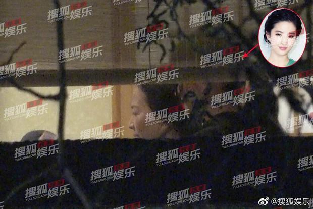 Lưu Diệc Phi lộ ảnh gặp gỡ cha nuôi nhưng nhân vật này mới giành spotlight - Ảnh 3.