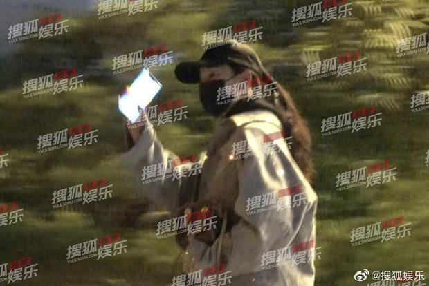 Lưu Diệc Phi lộ ảnh gặp gỡ cha nuôi nhưng nhân vật này mới giành spotlight - Ảnh 6.