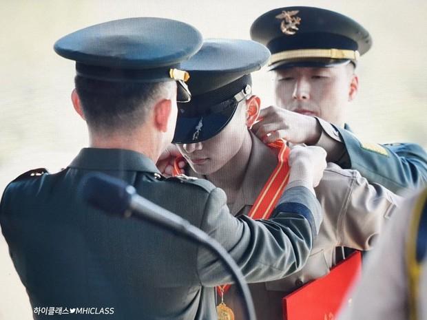 Hàng nghìn người đang phát sốt vì nam thần Kpop nhận bằng quân đội mà đẹp thần thánh như cắt ra từ phim điện ảnh - Ảnh 7.