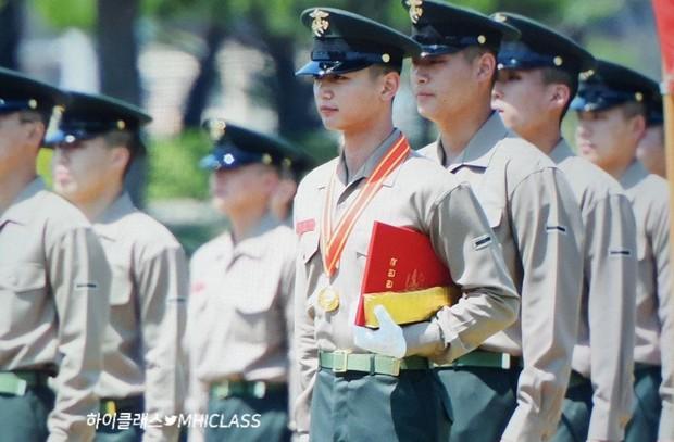 Hàng nghìn người đang phát sốt vì nam thần Kpop nhận bằng quân đội mà đẹp thần thánh như cắt ra từ phim điện ảnh - Ảnh 2.