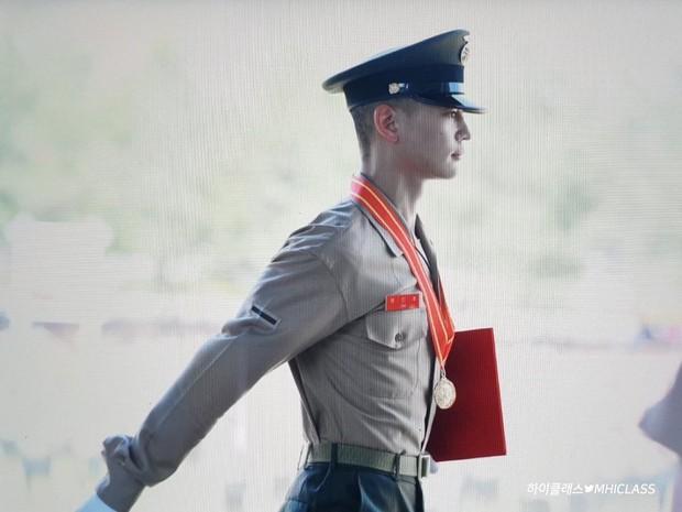 Hàng nghìn người đang phát sốt vì nam thần Kpop nhận bằng quân đội mà đẹp thần thánh như cắt ra từ phim điện ảnh - Ảnh 9.