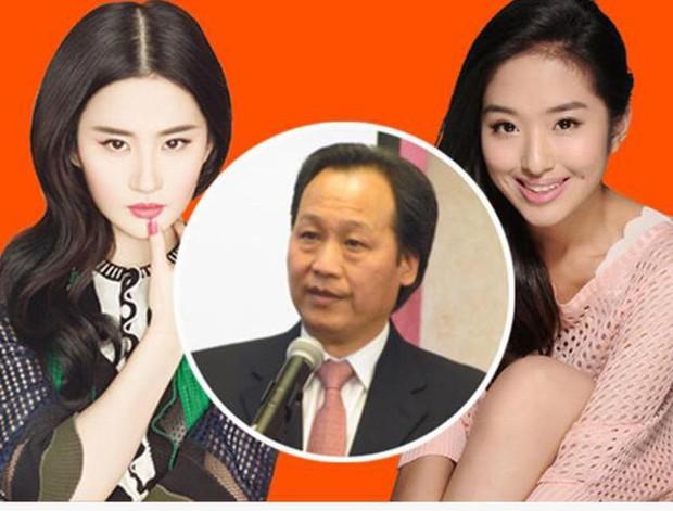 Lưu Diệc Phi lộ ảnh gặp gỡ cha nuôi nhưng nhân vật này mới giành spotlight - Ảnh 7.
