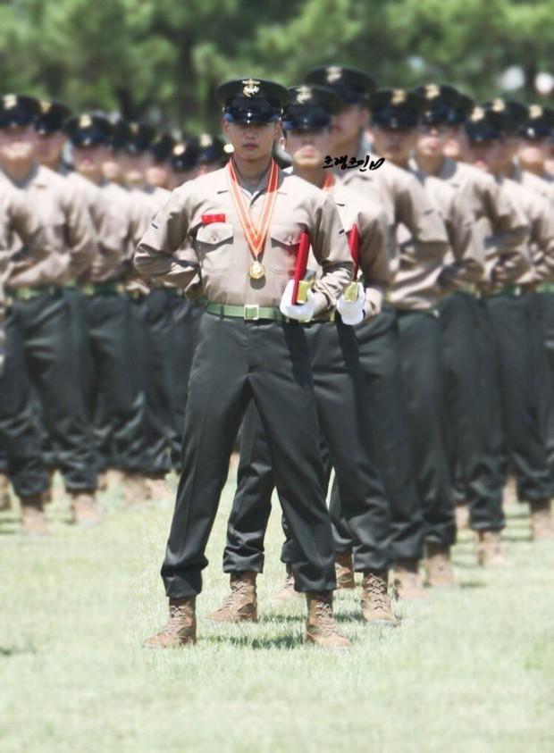 Hàng nghìn người đang phát sốt vì nam thần Kpop nhận bằng quân đội mà đẹp thần thánh như cắt ra từ phim điện ảnh - Ảnh 1.