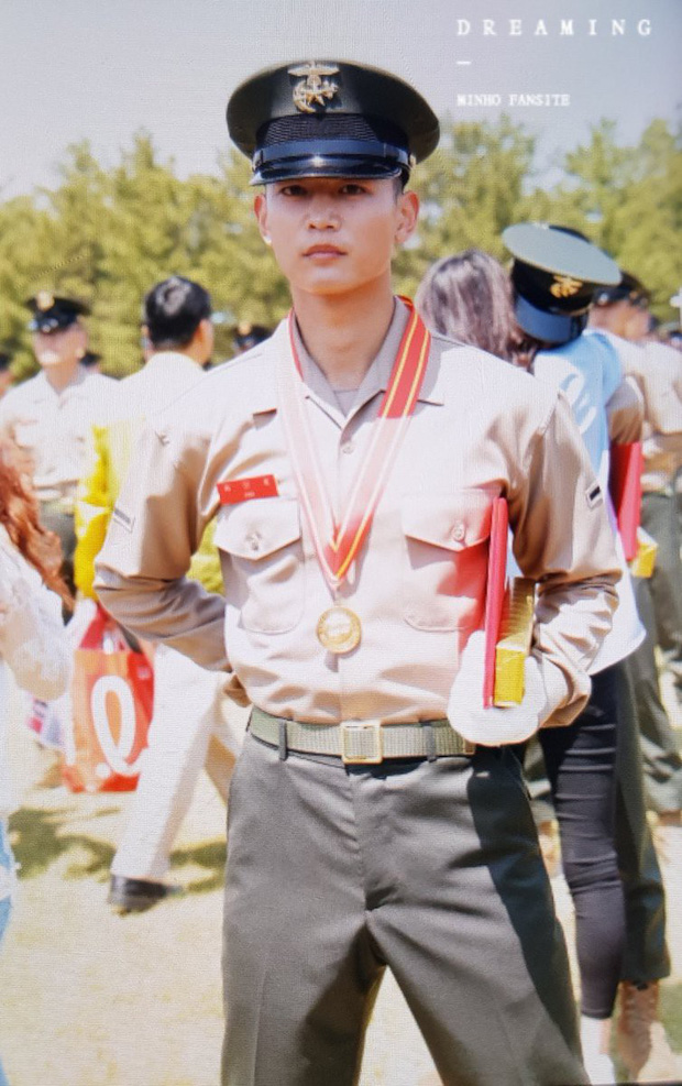 Hàng nghìn người đang phát sốt vì nam thần Kpop nhận bằng quân đội mà đẹp thần thánh như cắt ra từ phim điện ảnh - Ảnh 4.