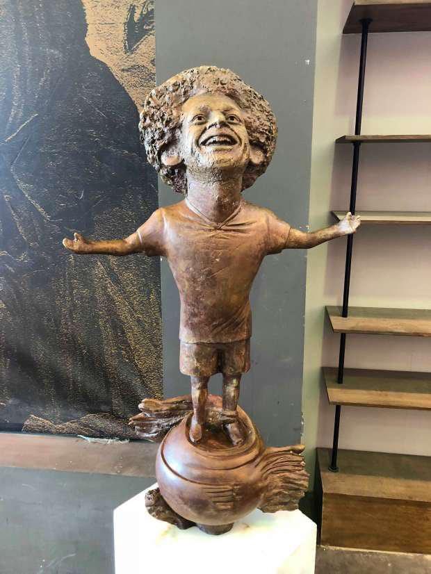 Sau Ronaldo, cộng đồng mạng lại thêm một lần phì cười với bức tượng xấu ma chê quỷ hờn của huyền thoại MU - Ảnh 4.