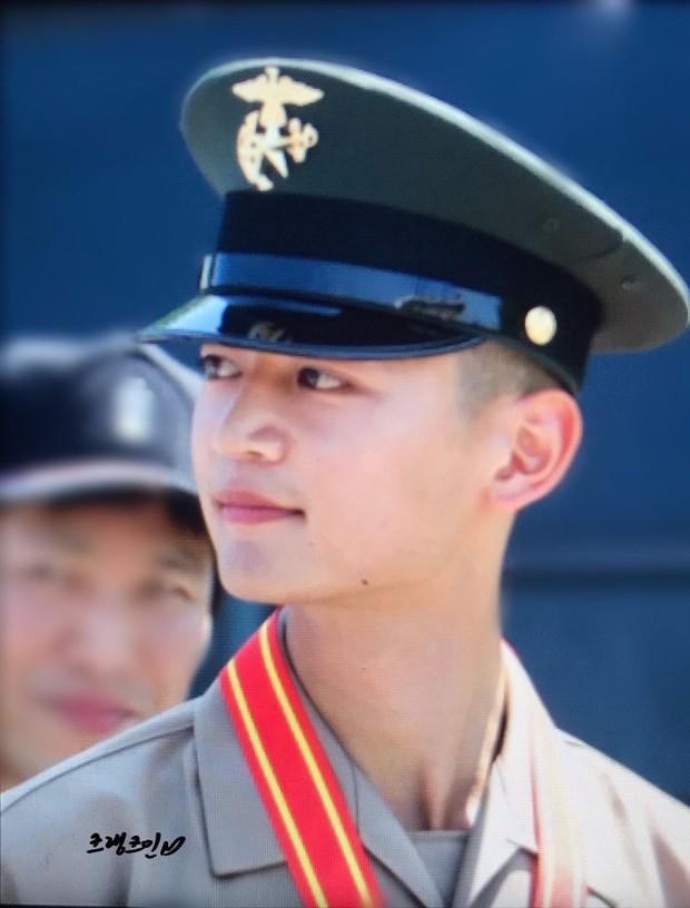 Hàng nghìn người đang phát sốt vì nam thần Kpop nhận bằng quân đội mà đẹp thần thánh như cắt ra từ phim điện ảnh - Ảnh 10.