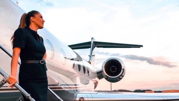 Nghề tiếp viên hàng không riêng cho giới thượng lưu: Kiếm 13 triệu/ngày nhưng phải ứng biến tốt với súng, xác chết và mấy con vẹt kì lạ - Ảnh 1.