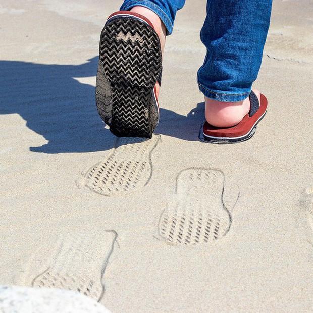 Từ xi-nhan cho người đi bộ đến nón bảo hộ ngón chân, 6 phát minh vô dụng này khiến đời vui hơn nhiều - Ảnh 1.