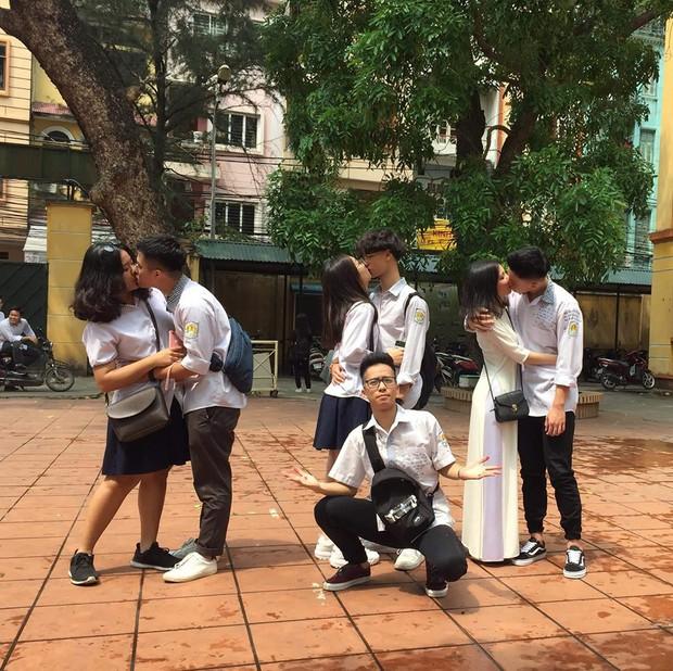 Bức ảnh trai đẹp lẻ loi giữa đám bạn hôn nhau ở trường gây bão: Sao tôi ế trường tồn, trong khi ai cũng có người yêu - Ảnh 1.