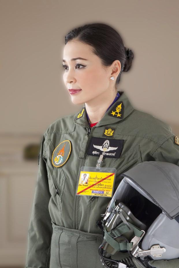 Tân Hoàng hậu Thái Lan tái xuất với một loạt khoảnh khắc hiếm có và nhận được ân sủng mới, ngày sinh nhật trở thành ngày lễ của quốc gia - Ảnh 3.