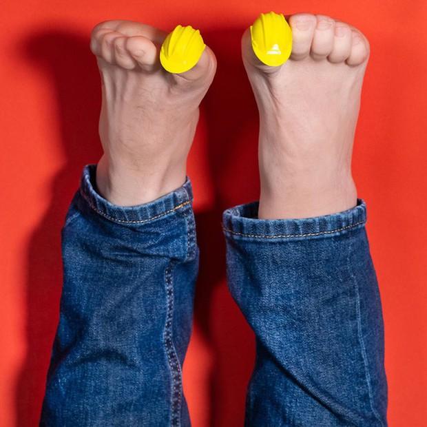 Từ xi-nhan cho người đi bộ đến nón bảo hộ ngón chân, 6 phát minh vô dụng này khiến đời vui hơn nhiều - Ảnh 6.