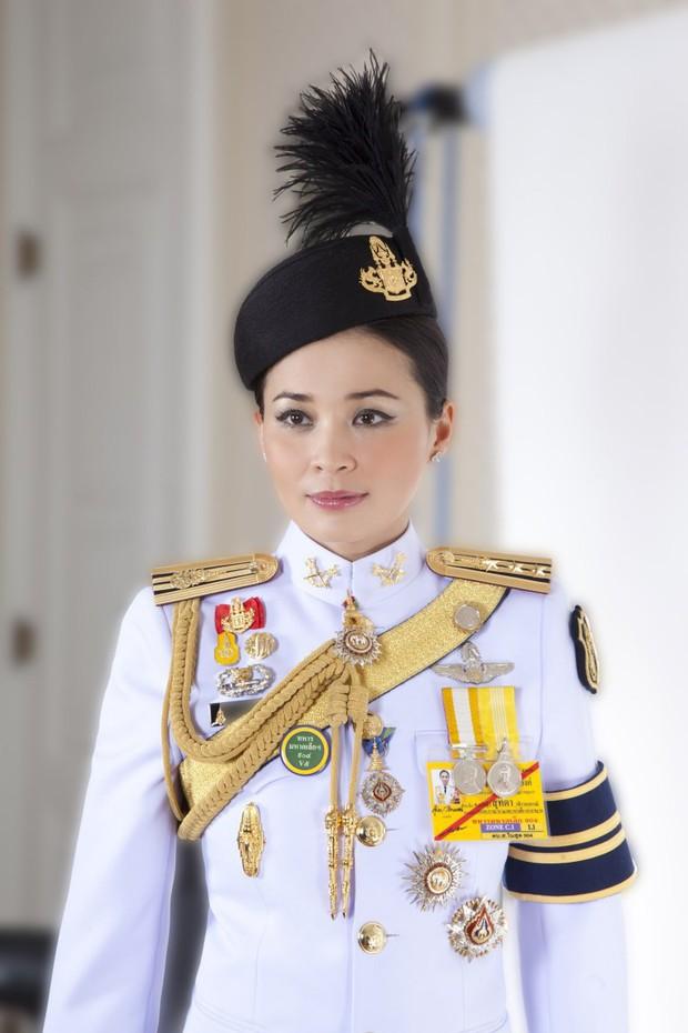 Tân Hoàng hậu Thái Lan tái xuất với một loạt khoảnh khắc hiếm có và nhận được ân sủng mới, ngày sinh nhật trở thành ngày lễ của quốc gia - Ảnh 4.