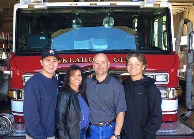 Bức ảnh nhân viên cứu hỏa bế thi thể đứa trẻ lay động thế giới và sự kiện khiến cuộc đời những người liên quan thay đổi sau 24 năm - Ảnh 5.