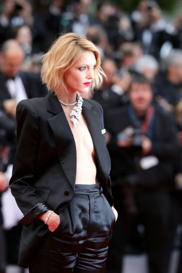 """Chẳng cần chiêu trò """"hở da thịt"""", 25 bộ cánh này vẫn được công nhận là đỉnh nhất Cannes 2019 - Ảnh 15."""