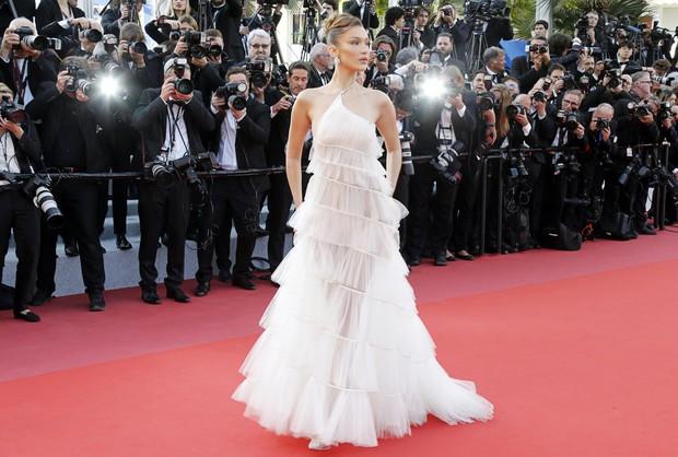 """Chẳng cần chiêu trò """"hở da thịt"""", 25 bộ cánh này vẫn được công nhận là đỉnh nhất Cannes 2019 - Ảnh 20."""