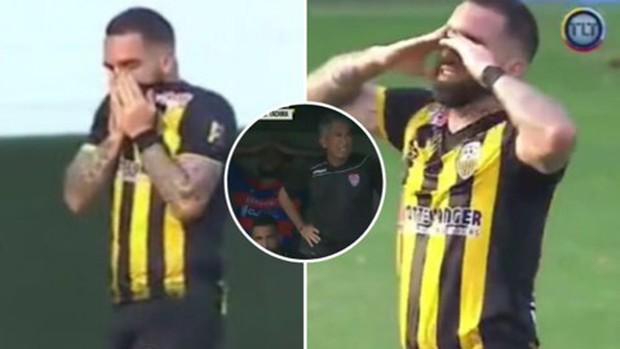 Cầu thủ suy sụp, ôm mặt khóc nấc sau khi ghi bàn thắng đẹp loại đội bóng của bố ruột - Ảnh 3.