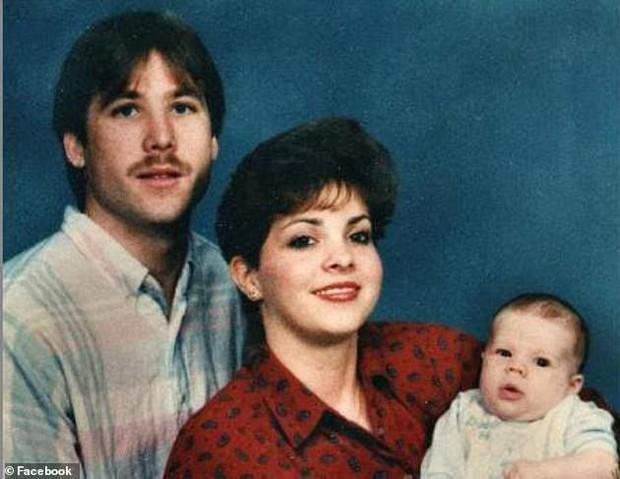 Phát hiện hộp sọ của mẹ trong lớp bê tông dưới hồ bơi, con trai làm chứng cáo buộc bố giết người sau 26 năm - Ảnh 2.