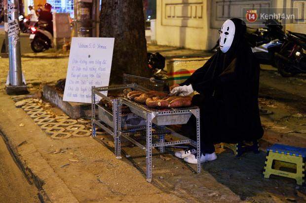 Có một Sài Gòn rất vui tánh: gặp Vô Diện mua khoai nướng, nửa đêm rủ nhau ăn chè ma, lạng quạng là bị chủ quán... ghim - Ảnh 2.
