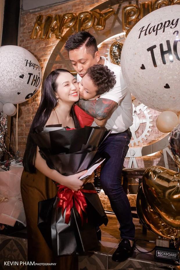 Vợ Tuấn Hưng lộ bụng bầu lớn trong tiệc sinh nhật do ông xã tự tay tổ chức - Ảnh 2.