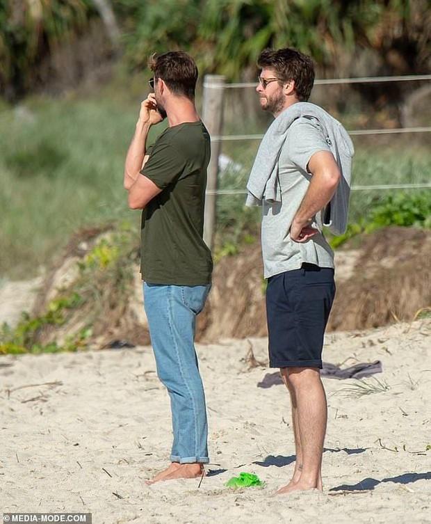 Anh em nhà Thor đẹp trai ngời ngời cùng khung hình và hàng Úc của Chris Hemsworth lại chiếm hết spotlight - Ảnh 1.