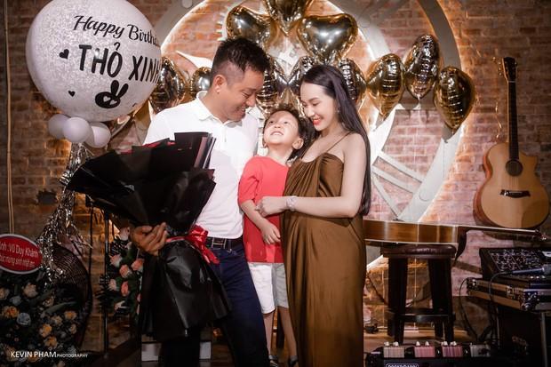 Vợ Tuấn Hưng lộ bụng bầu lớn trong tiệc sinh nhật do ông xã tự tay tổ chức - Ảnh 1.