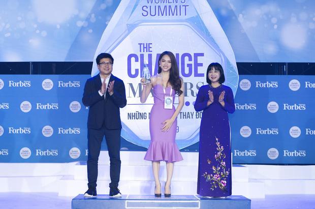 Hương Giang diện váy ôm sát gợi cảm, nhận giải Top 50 Phụ nữ ảnh hưởng nhất Việt Nam - Ảnh 4.