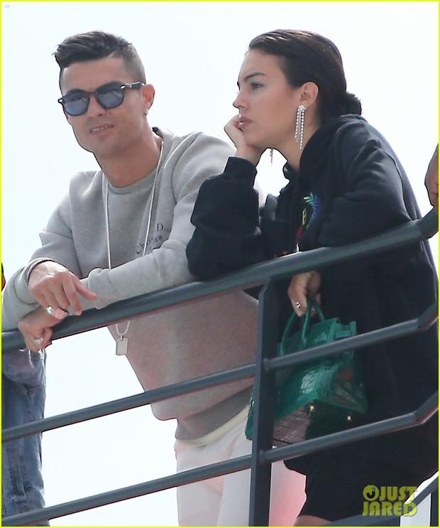 Trước nguy cơ sắp phải hầu tòa vì cáo buộc hiếp dâm, Cristiano Ronaldo vẫn thản nhiên đi du lịch cùng bạn gái - Ảnh 2.
