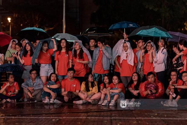 Dàn nữ sinh trường chuyên Amsterdam siêu sexy, đội mưa to nhảy máu lửa trong lễ trưởng thành - Ảnh 9.