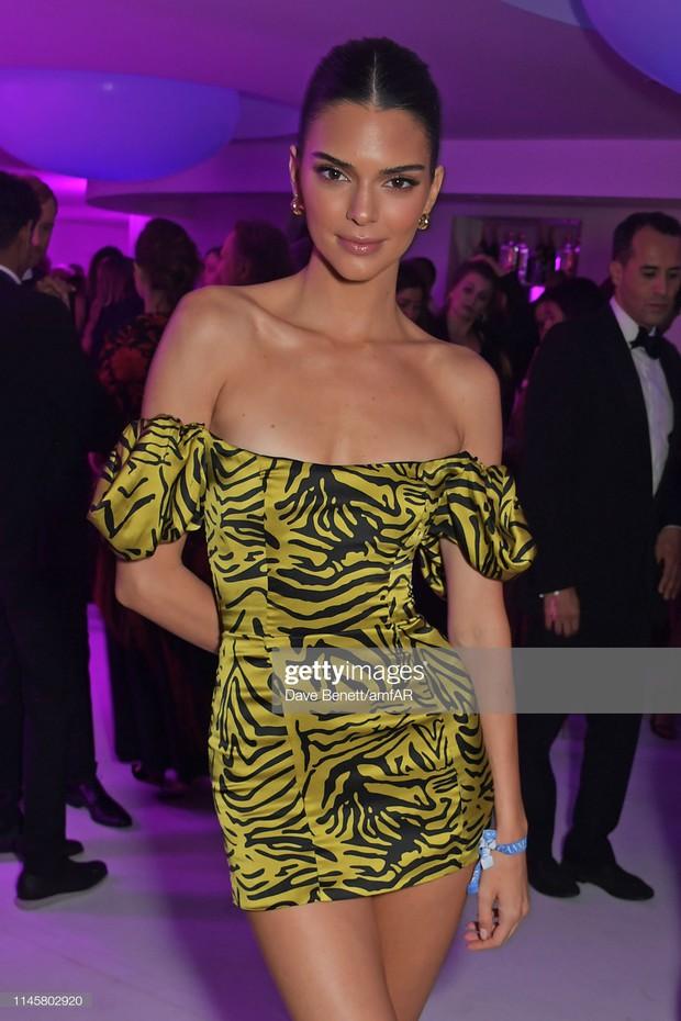 Trong ngày gần cuối ảm đạm của Cannes, có một siêu mẫu thế giới bỗng gây sốt vì tỏa sáng và xinh đẹp như nữ hoàng - Ảnh 6.