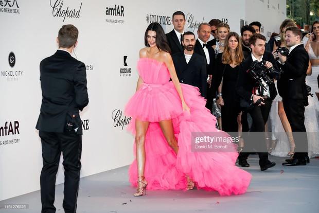 Trong ngày gần cuối ảm đạm của Cannes, có một siêu mẫu thế giới bỗng gây sốt vì tỏa sáng và xinh đẹp như nữ hoàng - Ảnh 1.