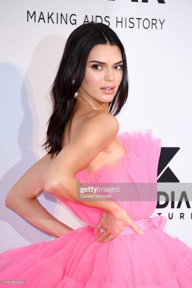 Trong ngày gần cuối ảm đạm của Cannes, có một siêu mẫu thế giới bỗng gây sốt vì tỏa sáng và xinh đẹp như nữ hoàng - Ảnh 5.