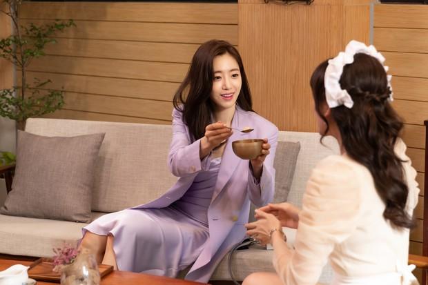 Hari Won làm cô phục vụ cho Minh Hằng, Lan Ngọc, Eunjung (T-ara)... trong show thực tế mới - Ảnh 4.