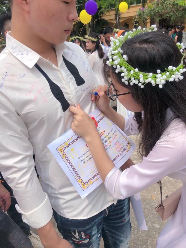 Dân mạng đua nhau share chiếc áo trắng thanh xuân với những dòng chữ chi chít của bạn bè cùng lớp, bạn còn giữ nó không? - Ảnh 10.