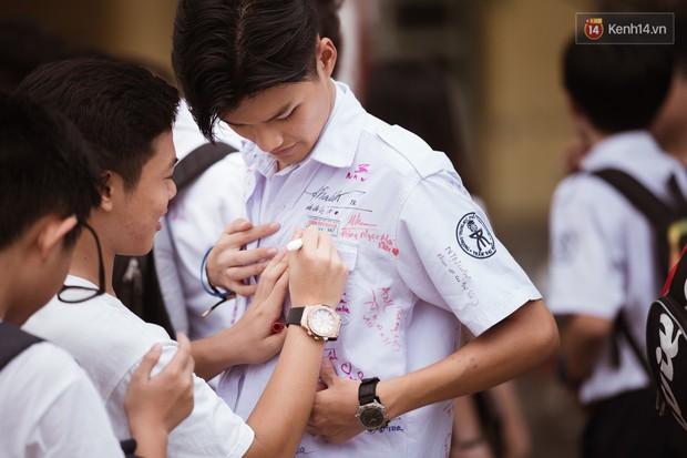Dân mạng đua nhau share chiếc áo trắng thanh xuân với những dòng chữ chi chít của bạn bè cùng lớp, bạn còn giữ nó không? - Ảnh 1.