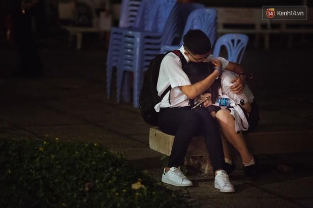 Học sinh trường Minh Khai (TPHCM) ôm nhau khóc nức nở chia tay thầy cô, bạn bè - Ảnh 8.