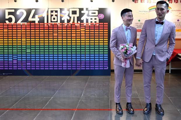 Hai nam thần làm nên lịch sử khi là cặp đôi đồng giới đầu tiên đăng kí kết hôn tại Đài Loan - Ảnh 3.