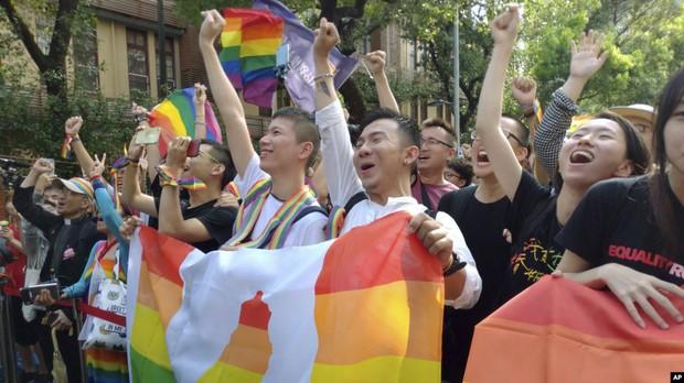Hai nam thần làm nên lịch sử khi là cặp đôi đồng giới đầu tiên đăng kí kết hôn tại Đài Loan - Ảnh 1.