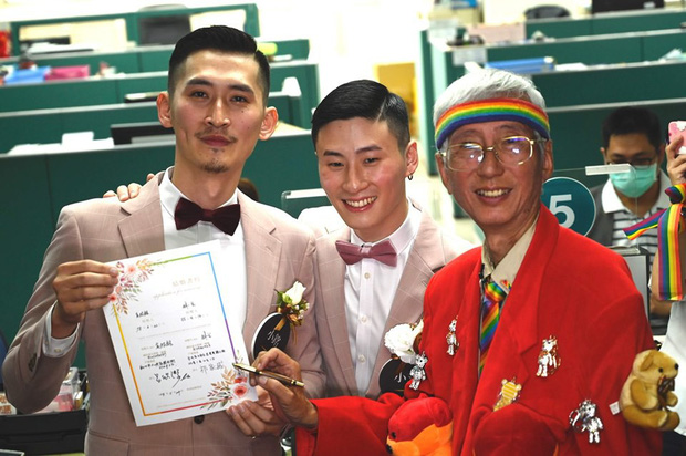 Hai nam thần làm nên lịch sử khi là cặp đôi đồng giới đầu tiên đăng kí kết hôn tại Đài Loan - Ảnh 4.