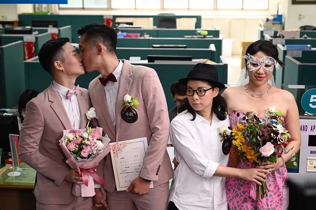 Hai nam thần làm nên lịch sử khi là cặp đôi đồng giới đầu tiên đăng kí kết hôn tại Đài Loan - Ảnh 6.