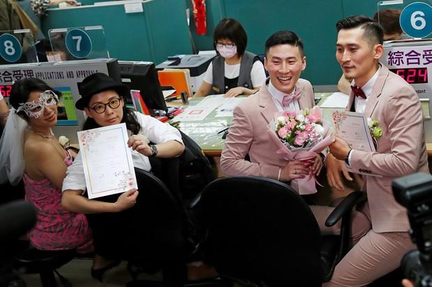 Hai nam thần làm nên lịch sử khi là cặp đôi đồng giới đầu tiên đăng kí kết hôn tại Đài Loan - Ảnh 5.