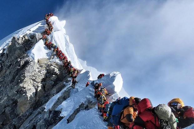 Hai nhà leo núi chết thảm vì ách tắc giao thông trên đỉnh Everest - Ảnh 1.