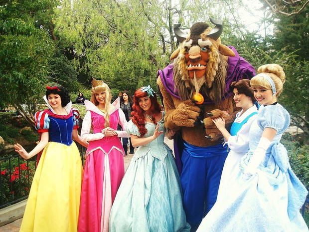 9 bí mật đằng sau vẻ hào nhoáng của những cô công chúa làm việc tại Disney World - Ảnh 1.