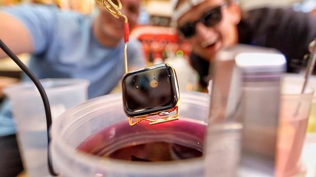 Thử nhúng Apple Watch vào chậu vàng lỏng nguyên chất: Tưởng chết mà vẫn dùng ngon, long lanh gấp bội - Ảnh 2.