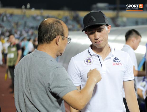 Thầy Park an ủi, Đình Trọng vẫn buồn thiu lặng nhìn đội nhà thua trận trước Nam Định - Ảnh 5.