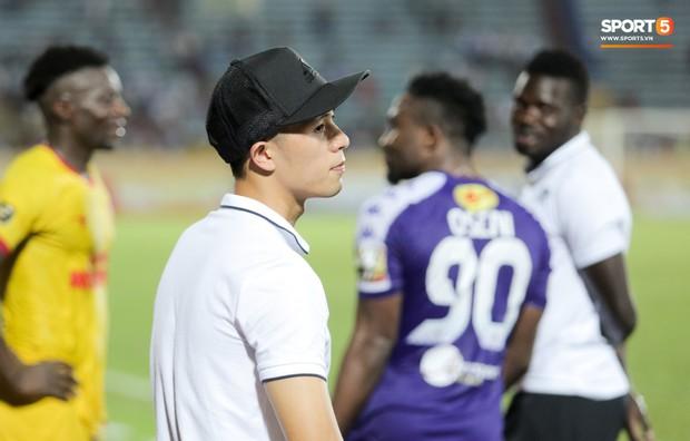 Thầy Park an ủi, Đình Trọng vẫn buồn thiu lặng nhìn đội nhà thua trận trước Nam Định - Ảnh 6.