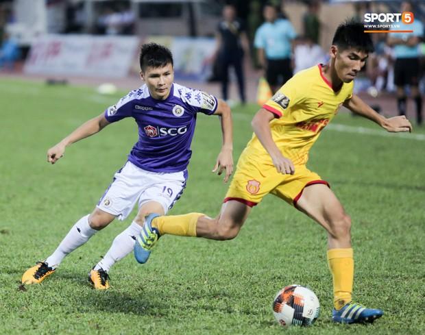 Thầy Park an ủi, Đình Trọng vẫn buồn thiu lặng nhìn đội nhà thua trận trước Nam Định - Ảnh 8.