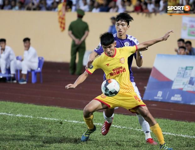 Thầy Park an ủi, Đình Trọng vẫn buồn thiu lặng nhìn đội nhà thua trận trước Nam Định - Ảnh 7.