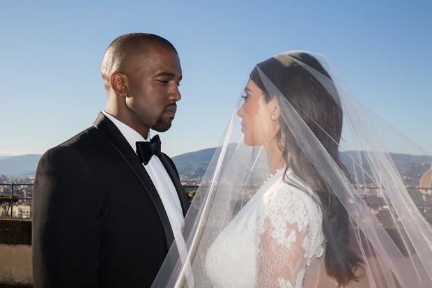 Kim Kardashian cùng chồng đi hẹn hò kỷ niệm 5 năm ngày cưới nhưng vòng eo con kiến của cô mới là tâm điểm chú ý - Ảnh 3.